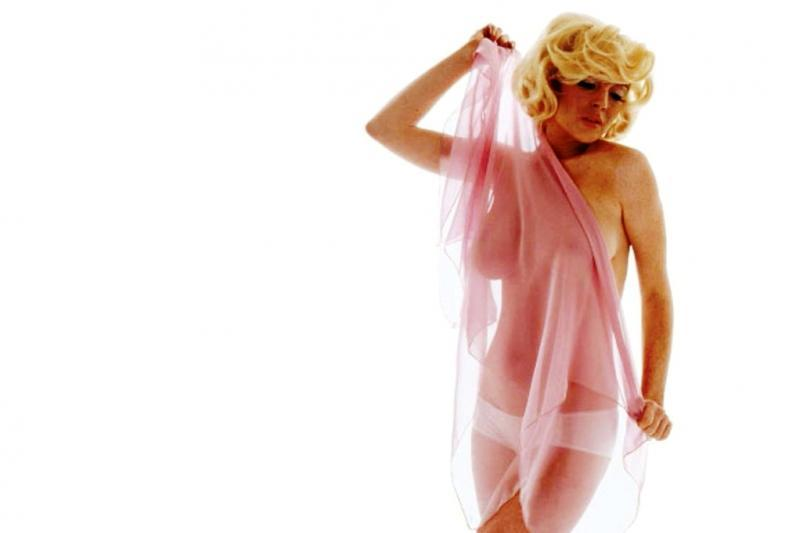 Lindsay lohan channels marilyn monroe as she poses completely naked for sultry snap