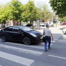 Klaipėdoje vairuotojas judrioje perėjoje nepamatė pėsčiųjų: partrenkta mergina