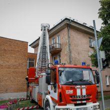 Uostamiesčio daugiabučiame name – dūmai iš po stogo