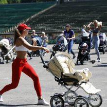 Į treniruotę susirinko būrys mamų su mažyliais