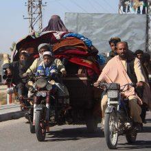 Dešimtys tūkstančių afganų bėga nuo puolančių talibų