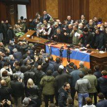 Baku skelbia pergalę kare, Jerevane nuniokoti parlamento ir vyriausybės rūmai