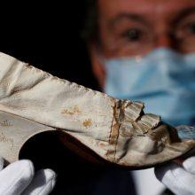 Prancūzijos karalienės kurpaitė parduota už beveik 44 tūkst. eurų