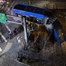 Niujorke viešojo transporto autobusas po avarijos pakibo ant viaduko