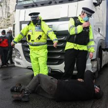 Vilkikų vairuotojai Anglijos uoste skundžiasi sunkumais ir grumiasi su policija