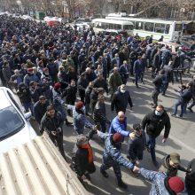 Armėnijos premjeras su šalininkais dalyvauja eitynėse sostinės gatvėmis