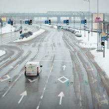 Kauną iš sniego vaduojantys kelininkai pasigenda vairuotojų sąmoningumo