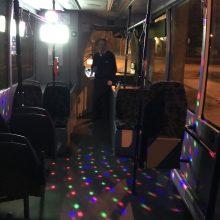 """Klaipėdoje kursuoja """"Kalėdiniai autobusai"""": išpuošė švytinčiomis girliandomis"""