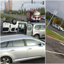 Judrioje Klaipėdos sankryžoje – avarija: vienas automobilis apvirto ant stogo