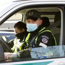 Klaipėdoje policijos pareigūnai ginasi nuo koronaviruso: ragina tirtis