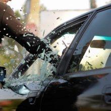 Palangoje pasidarbavo ilgapirščiai: išdaužė langą ir apvogė automobilį