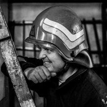 Nespalvotai spalvinga ugniagesių gelbėtojų kasdienybė: nuotraukose – jautrios akimirkos