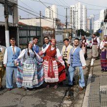 """Prisijungė: Lina atrado laiko ir Brazilijos lietuvių tautinių šokių grupei """"Rambynas"""". Ją sužavėjo, kaip entuziastingai tenykščiai lietuviai šoka tautinius šokius."""