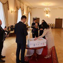Tikra: pernai A.Barysas įamžino kūdikio kraitelio įteikimą  1000-ojo Kauno rajono kūdikio Viesulo Bernoto tėveliams.