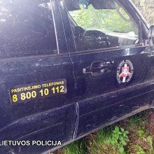 Rado ne tik nelegalių rūkalų: kontrabandos pilname automobilyje – pasieniečių atributika