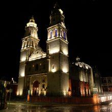 Naktis: gražiai apšviestoje Kampečės Švč.Mergelės Marijos Nekaltojo Prasidėjimo katedroje tuoktuvių ceremonija jau seniai pasibaigusi.
