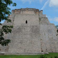 Sakralu: Ušmalio miesto griuvėsiuose išlikę Žynio rūmai. Apie 30 m aukščio piramidė su šventykla viršuje išsiskiria neįprasta ovalia forma.