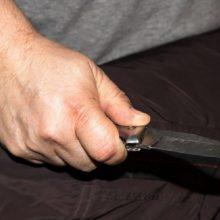 Plungėje – dviejų vyrų konfliktas: vienas peiliu sužalojo kitą