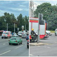 Avarija Vilniuje: BMW vairavusi mergina nepraleido pareigūnų, važiavusių įjungtais švyturėliais
