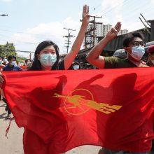 Mianmaro gyventojai protestais žymi 100 karinės chuntos valdymo dienų