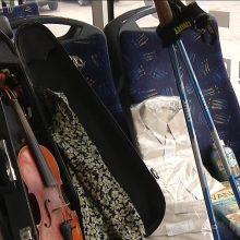 Viešasis transportas tampa radinių biuru: vaikai palieka smuikus, močiutės – anūkus