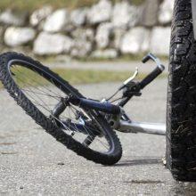 Automobilis kliudė dviračiu pėsčiųjų perėja važiavusią moterį