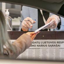 Izoliacijoje esantys rinkėjai patenkinti galimybe balsuoti automobilyje