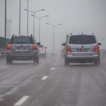 Vairuokite atsakingai: vietomis eismo sąlygas sunkina plikledis ir rūkas