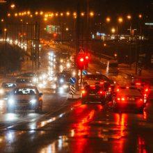 Neskubėkite: eismo sąlygas sunkina plikledis, lijundra ir rūkas