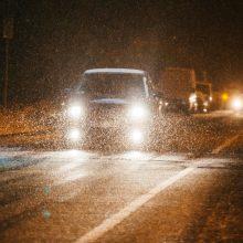 Rinkitės saugų greitį: visoje Lietuvoje eismo sąlygas sunkina plikledis