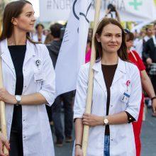 Medikai vėl mitinguoja: įteikė A. Verygai profesionalumo deklaraciją