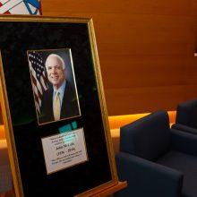 Pagerbė JAV politiko atminimą – URM atidaryta J. McCaino vardo salė