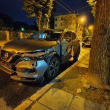 """Kaune """"Citybee"""" vairuotojas išvartė šaligatvio stulpelius ir pabėgo"""