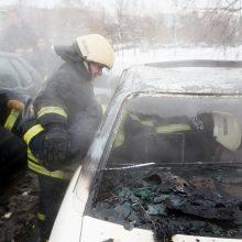Įtaria padegimą: vienas automobilis supleškėjo, kitas apdegė