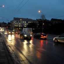Vietomis keliai slidūs: eismo sąlygas sunkina plikledis ir rūkas