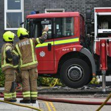 Londone degė septynių aukštų daugiabutis: liepsnos apėmė visą pastatą