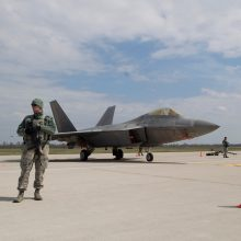 NATO naikintuvai tris kartus kilo lydėti Rusijos karinių orlaivių
