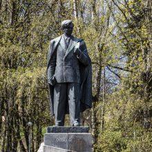 Rašytojai gina P. Cvirką: sovietinį paminklą reikia palikti