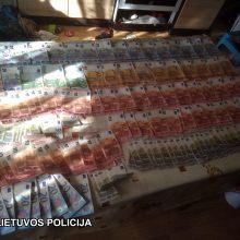 Pareigūnai taborą krėtė su šunimis: areštinėje atsidūrė narkotikų prekeivis