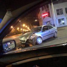 Naktinė avarija Kaune: susidūrė BMW, prispausta mergina