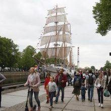 Pasigrožėti šviečiančiomis laivų kolonomis plūsta tūkstančiai