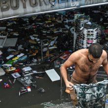 Smarki liūtis paralyžiavo Stambulą, užtvindytas istorinis turgus