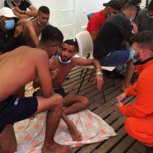 Migrantus plukdančiame laive – mėginimai žudytis ir muštynės