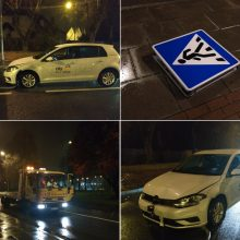 Kelio ženklą taranavo girtas klaipėdietis išsinuomotu automobiliu