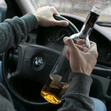 Girtas BMW vairuotojas automobilyje užmigo nesulaukęs užsakyto maisto