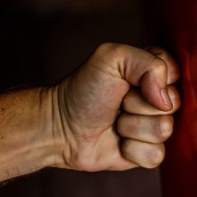 Smurtas Aleksote: sumušta moteris, peiliu sužalotas vyras
