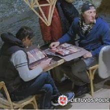 Gal atpažinsite: šie du vyrai įtariami kavinėje apvogę moterį