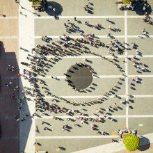 """Svarbi žinutė pasauliui: 100 mokinių sustojo į """"Būgnų akį"""""""