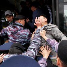 Neramumai Kazachstane: per protestus sulaikyti šimtai žmonių