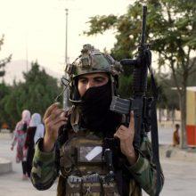 """JAV perspėja dėl """"konkrečios, įtikinamos"""" atakos grėsmės prie Kabulo oro uosto"""